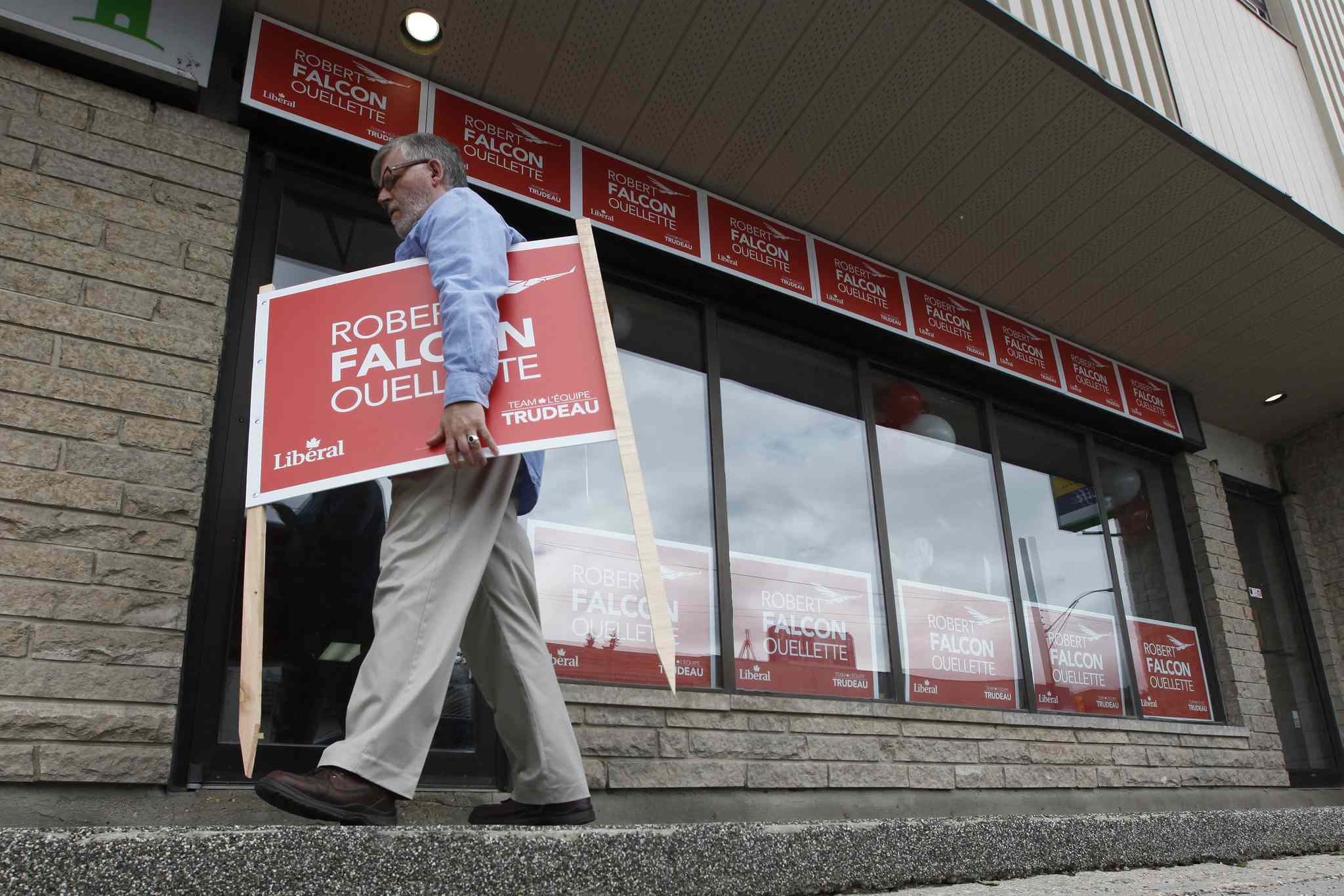 Campaign volunteers are crucial for the success of local federal candidates. (John Woods / Winnipeg Free Press)
