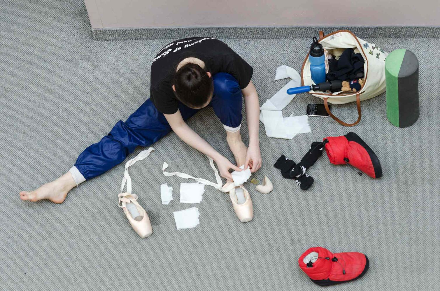 A dancer preps her ballet shoes. (EMILY CUMMING / WINNIPEG FREE PRESS)