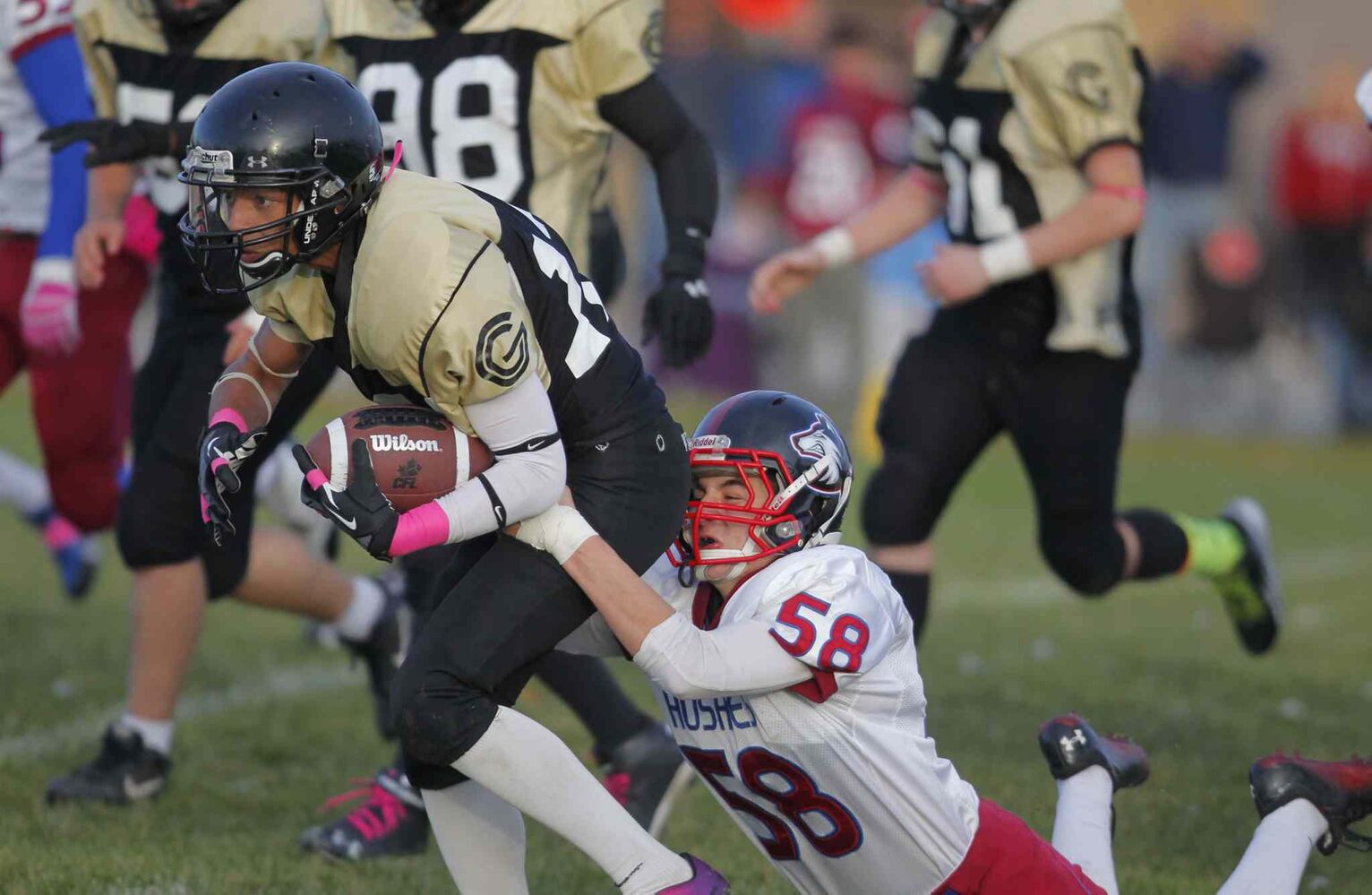 Devon Taylor (left) can't quite seem to shake Elliott Ormonde of the Huskies. (Boris Minkevich / Winnipeg Free Press)