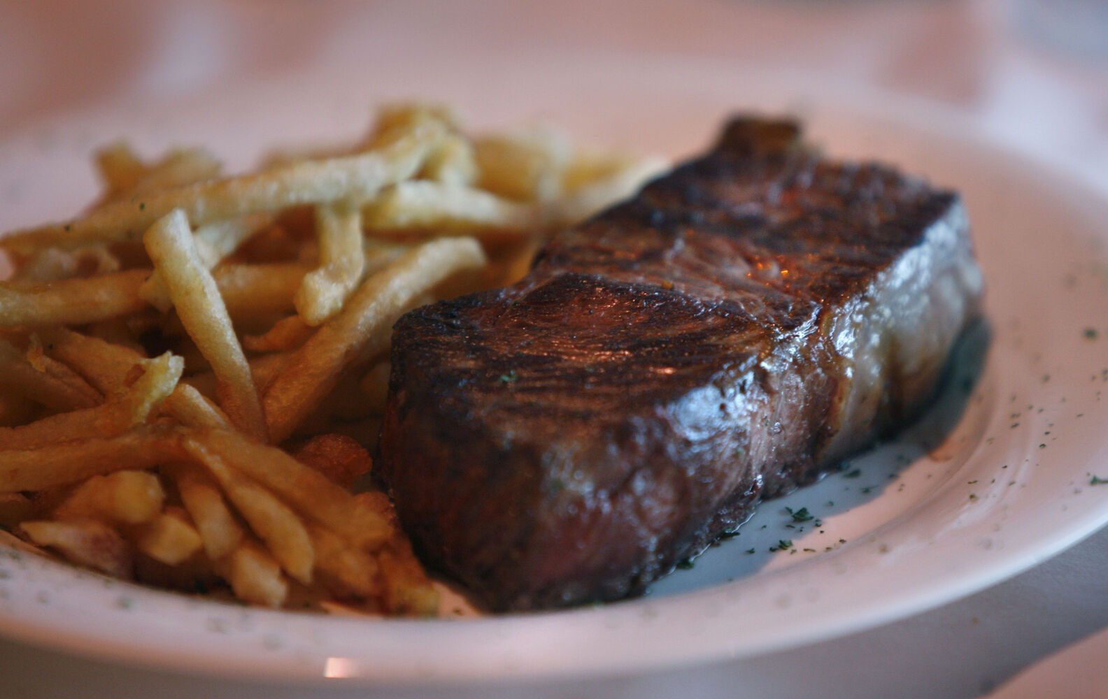 New York steak and fries at Rae and Jerry's Steak House.  ( Wayne Glowacki / Winnipeg Free Press)