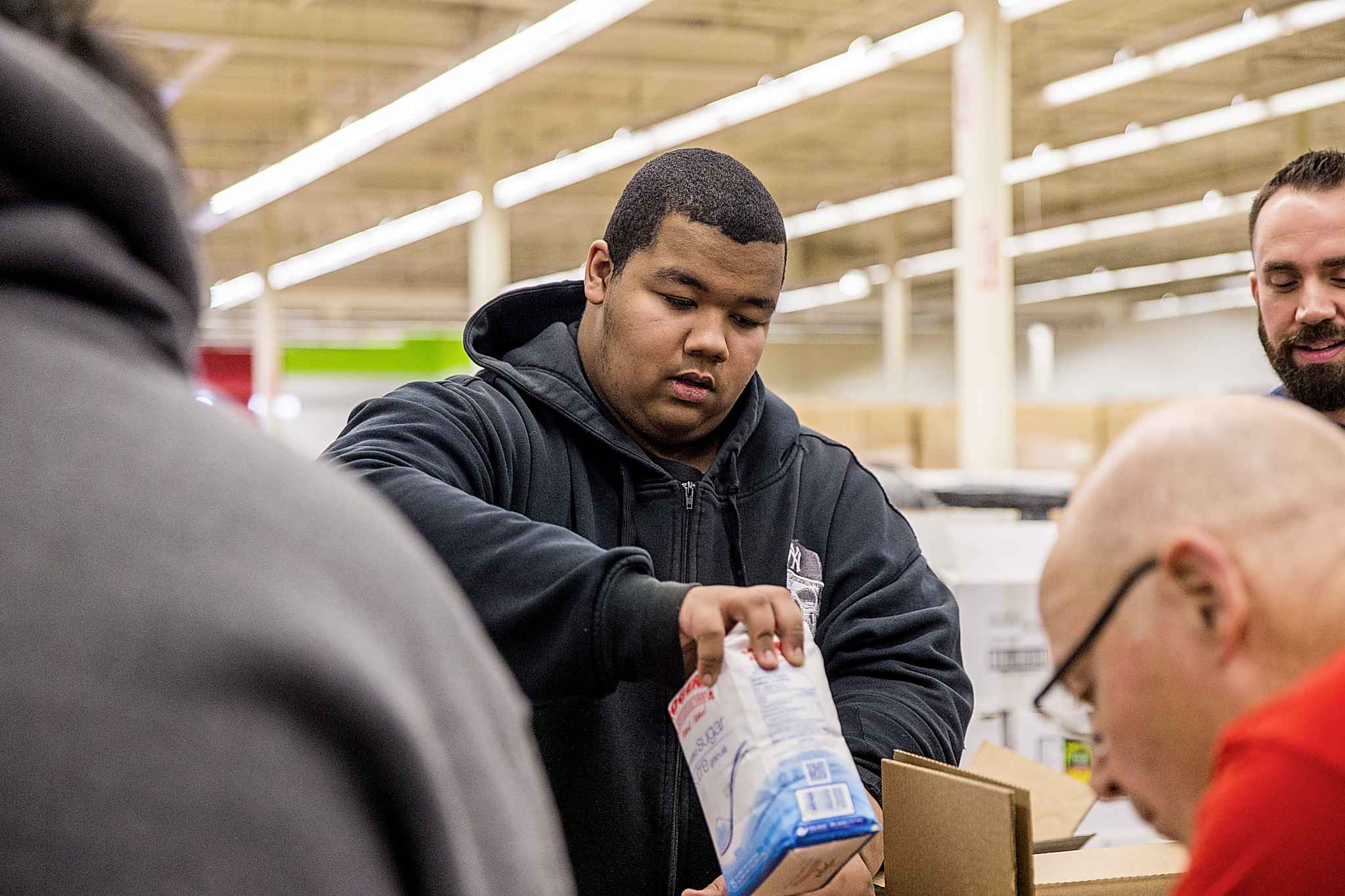 MIKAELA MACKENZIE / WINNIPEG FREE PRESS</p><p>Grade 12 student Kordell Smith helps pack hampers.</p>