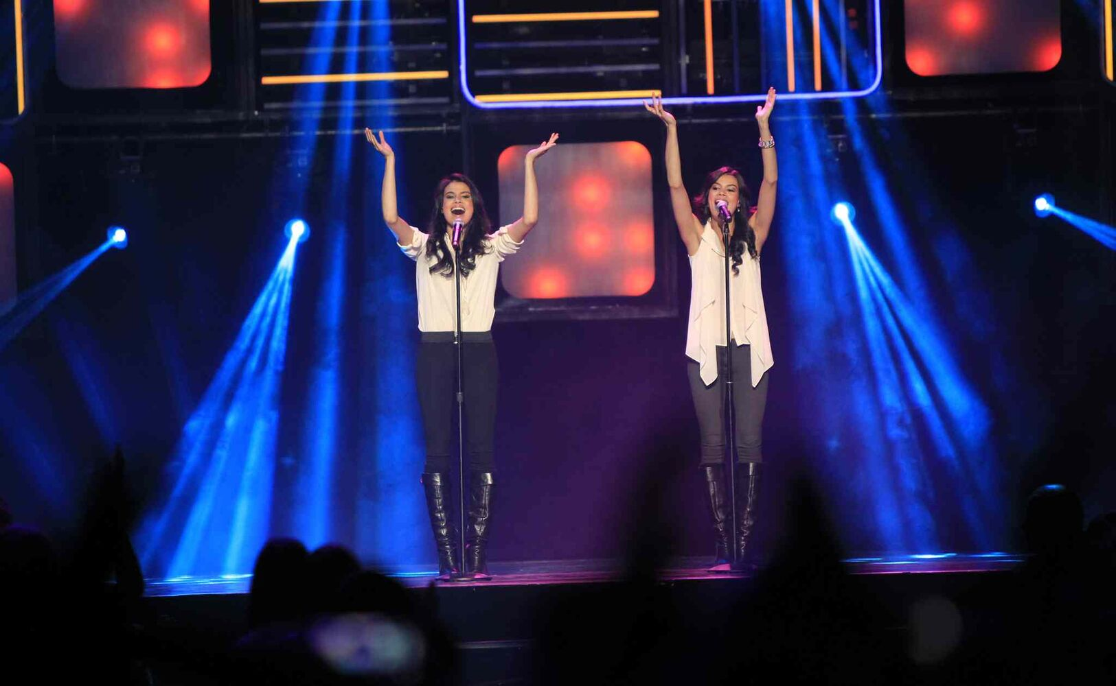 The Oducado Twins perform. (Wayne Glowacki / Winnipeg Free Press)