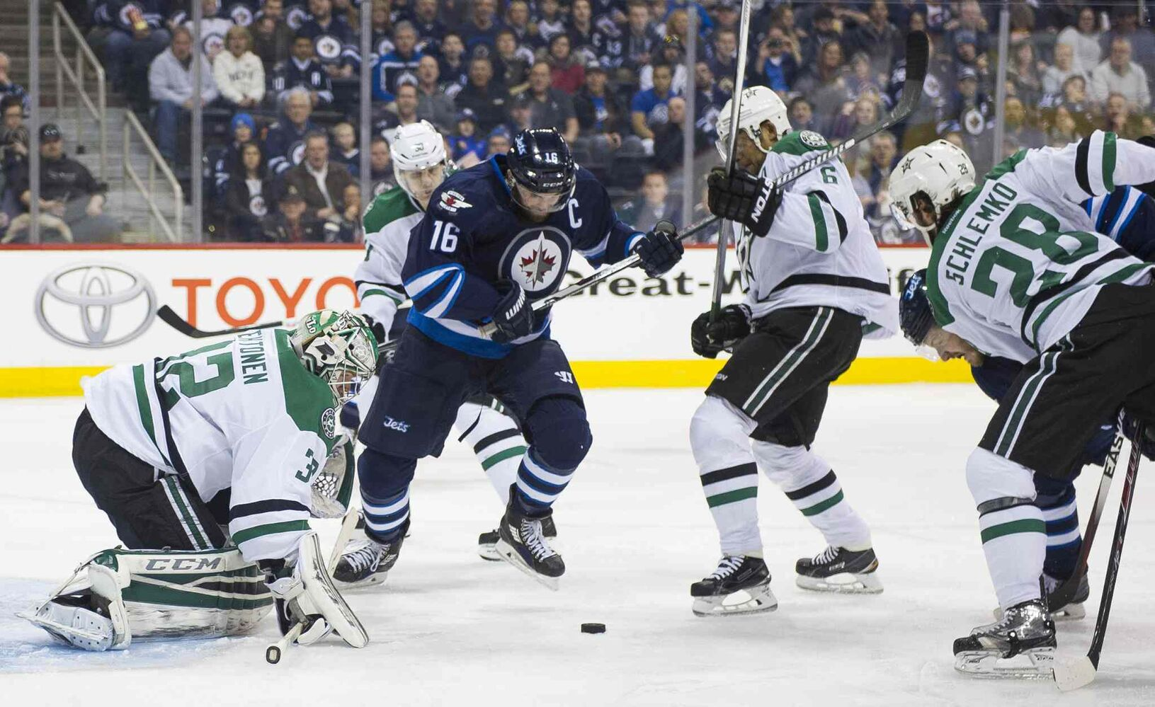 Winnipeg Jets Andrew Ladd (#16) looks for the shot against the Dallas Stars during second period. (David Lipnowski / Winnipeg Free Press)
