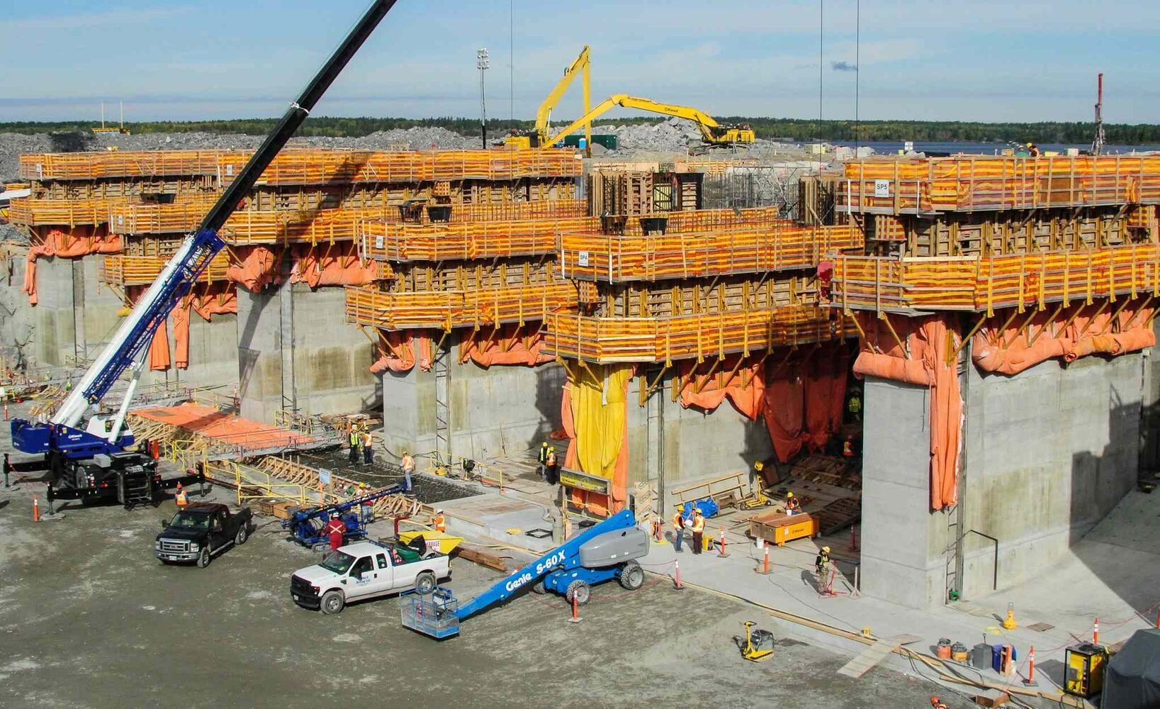 Construction continues on the structure for the new spillway.  MIKE DEAL / WINNIPEG FREE PRESS (MIKE DEAL / WINNIPEG FREE PRESS)