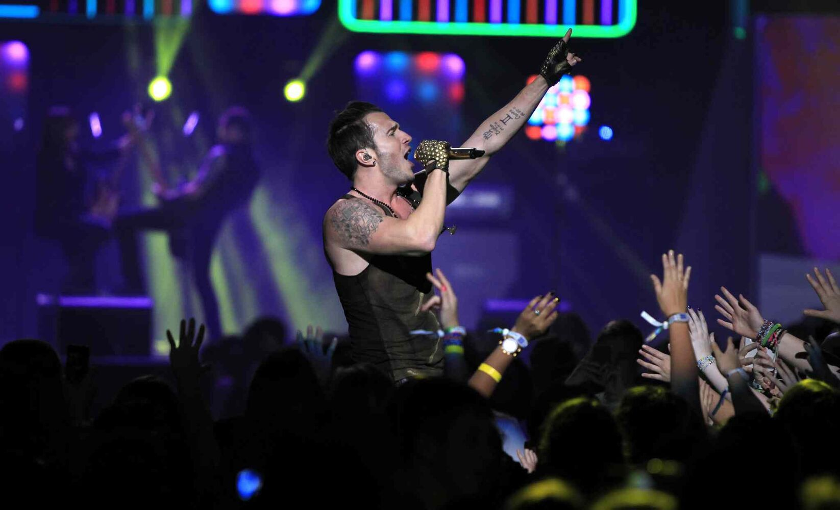 Shawn Desman sings at We Day. (Wayne Glowacki / Winnipeg Free Press)