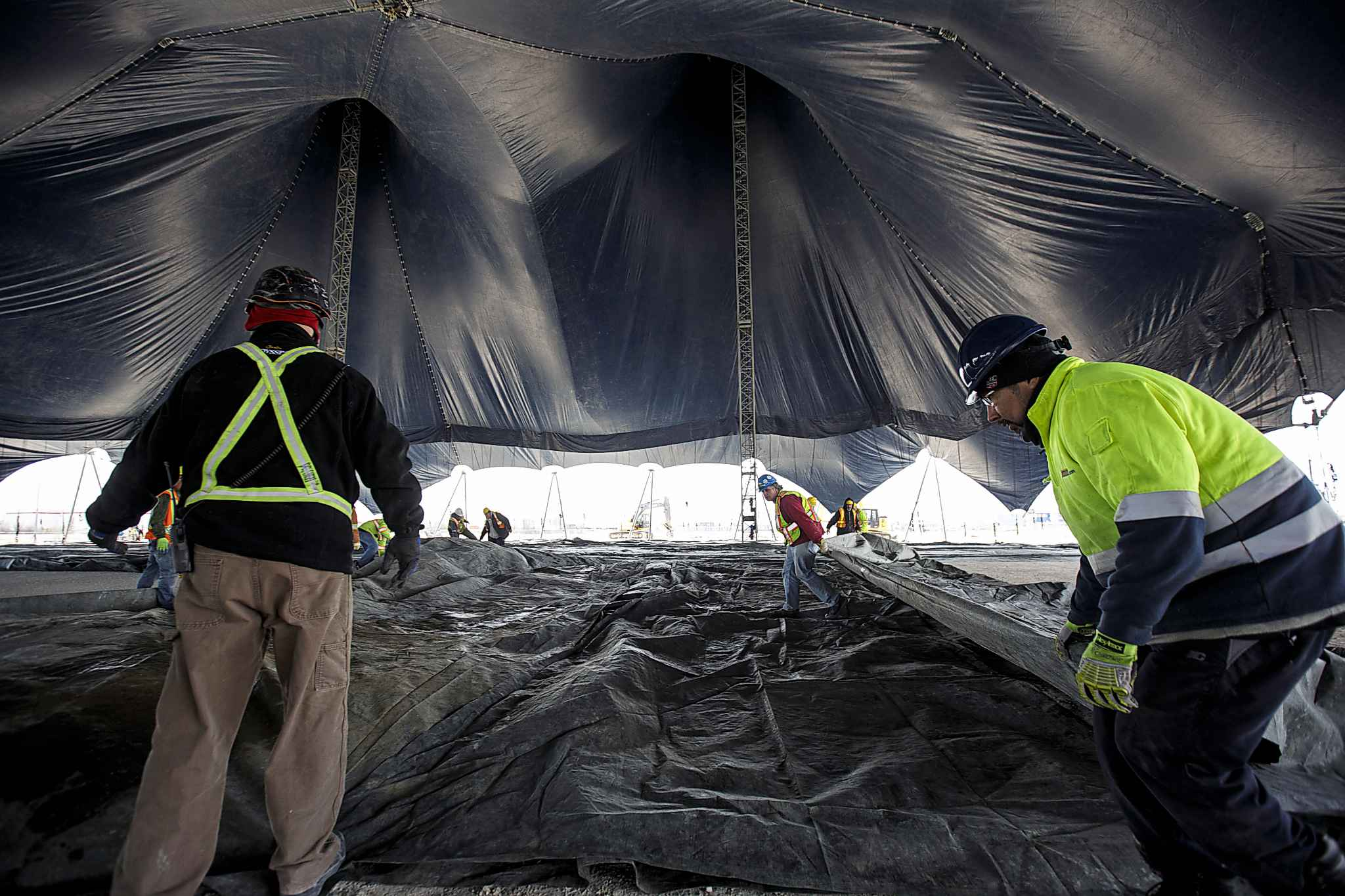 Crews work to raise the White Big Top at the Cavalia Odysseo site Tuesday morning.</p> (MIKE DEAL / WINNIPEG FREE PRESS)