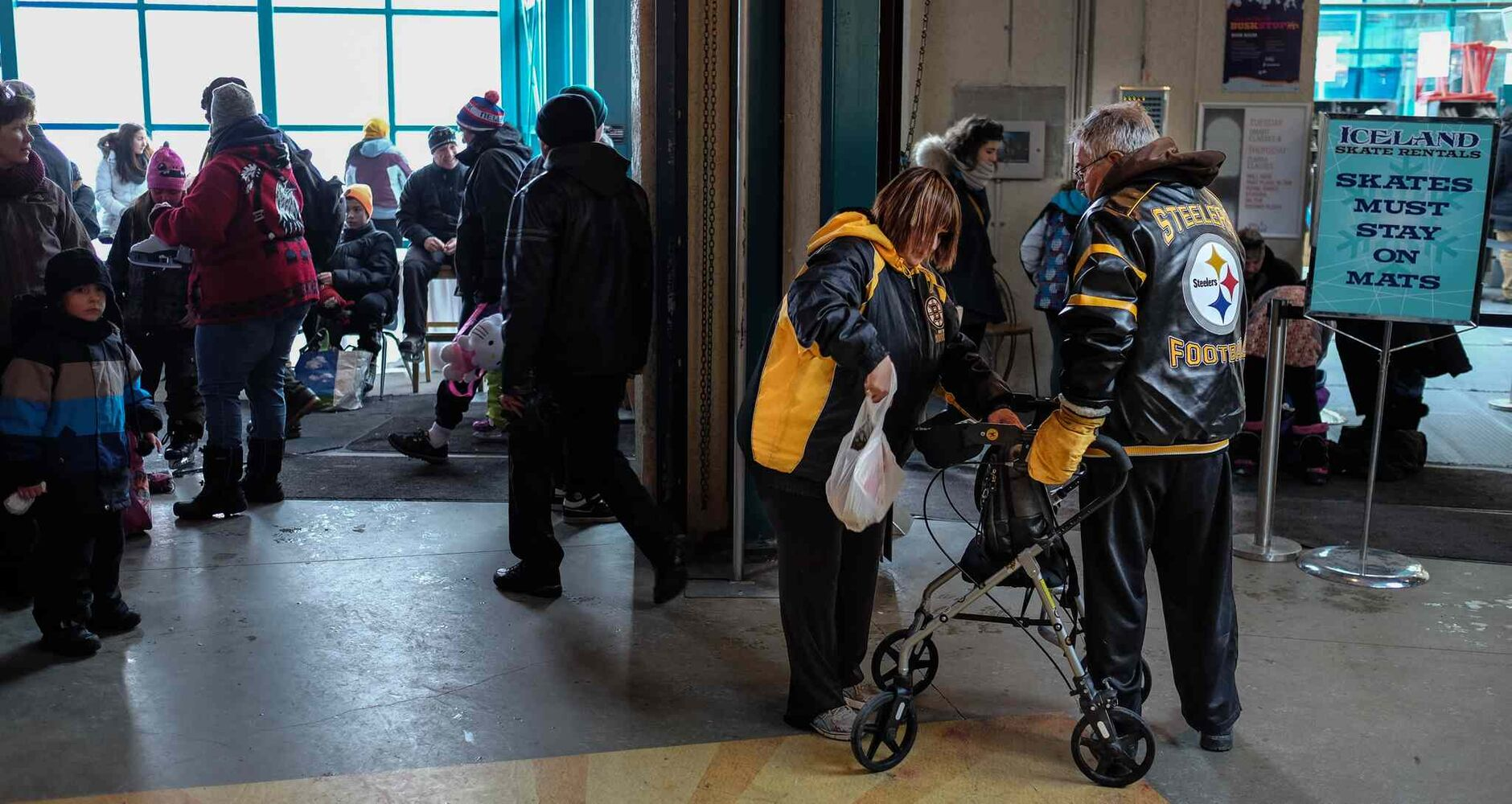 Getting reading to head back out into the cold for a walk down to the river while at The Forks. MIKE DEAL / WINNIPEG FREE PRESS