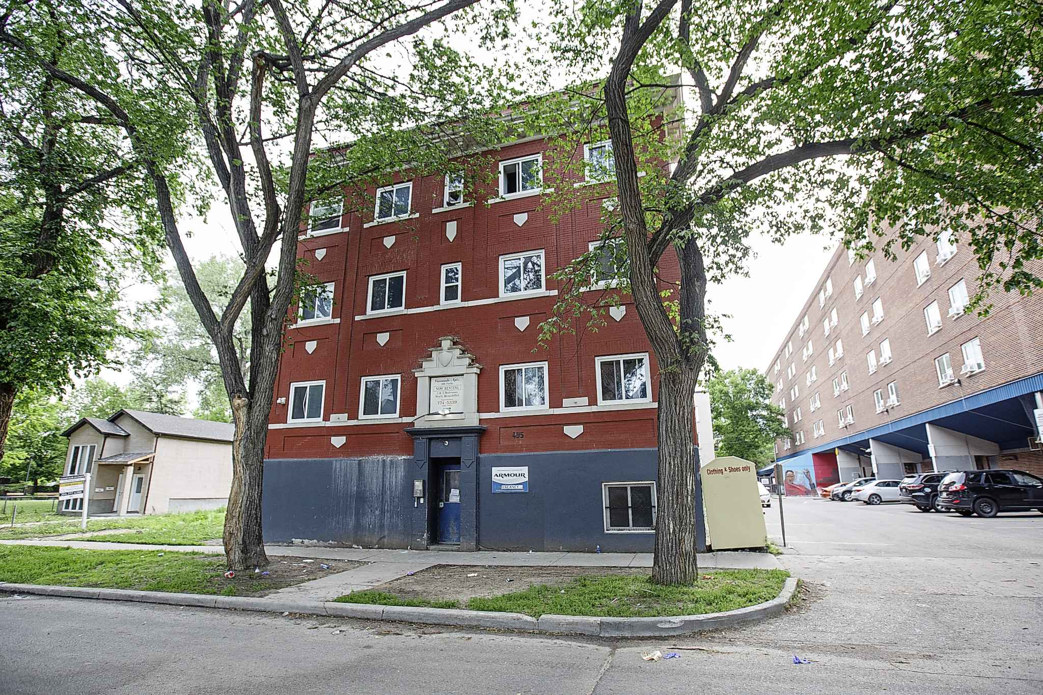 We should appreciate and work to protect Winnipeg's shoebox apartment buildings, a unique part of the city's history and an important neighbourhood building block. (Mike Deal / Winnipeg Free Press files)