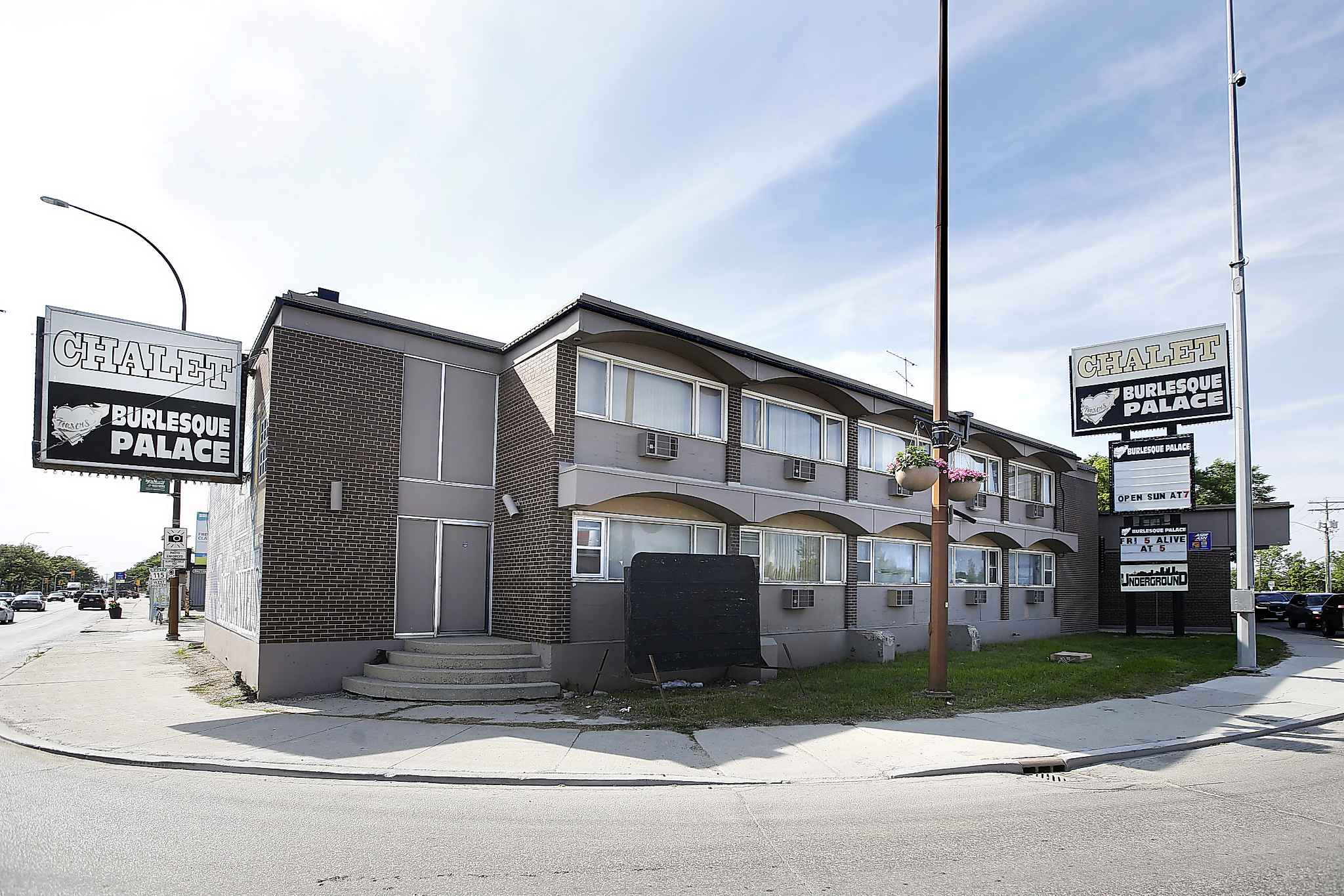 The 16,000 square-foot hotel at 611 Archibald St. sold for $1.3 million during a mortgage sale Tuesday morning at Kaye's Auctions. (John Woods / Winnipeg Free Press)