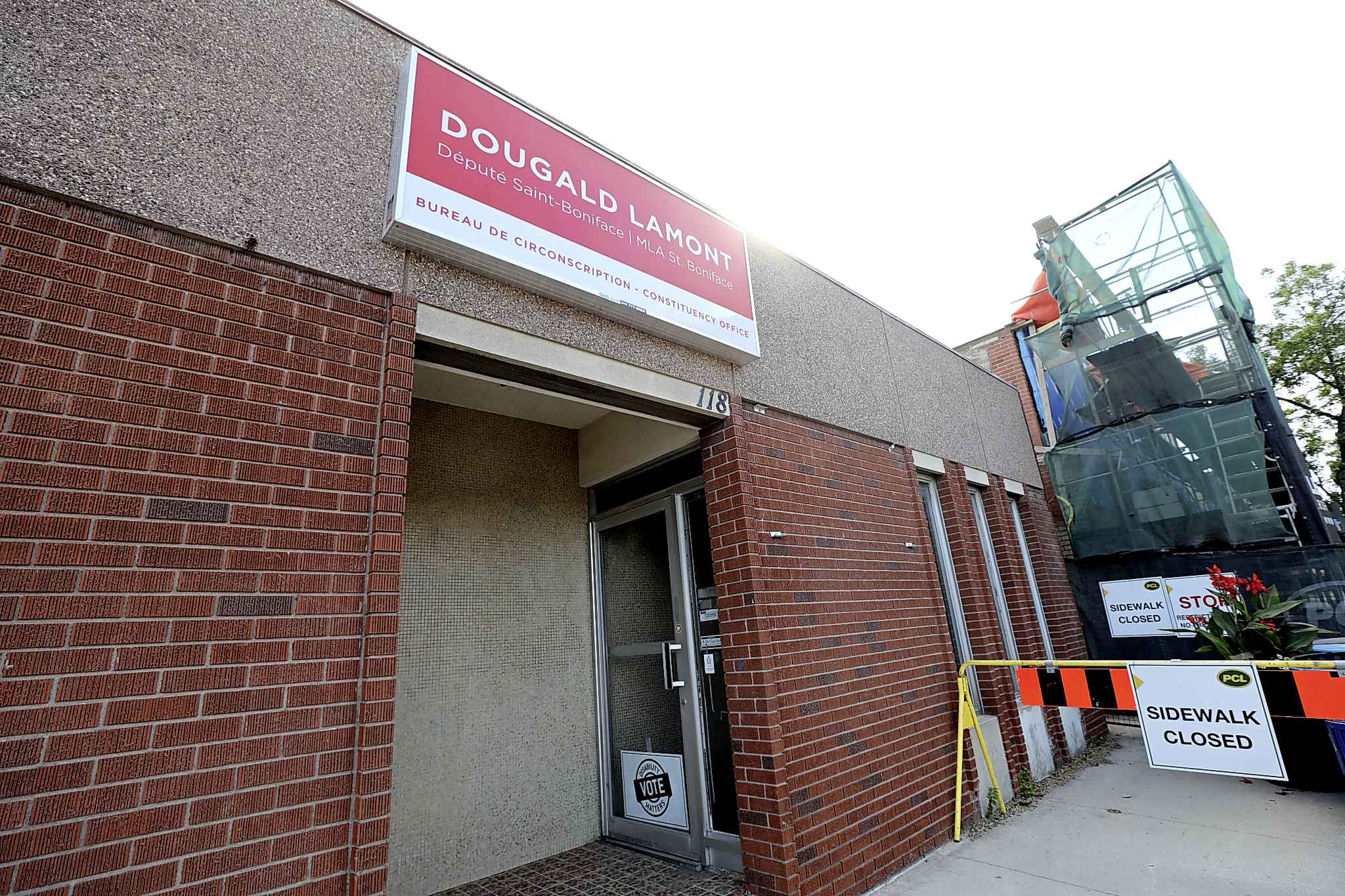 RUTH BONNEVILLE /  WINNIPEG FREE PRESS</p><p>Manitoba Liberal Party Leader Dougald Lamont's constituency office at 118 Marion Street doesn't appear to have a permit.</p>