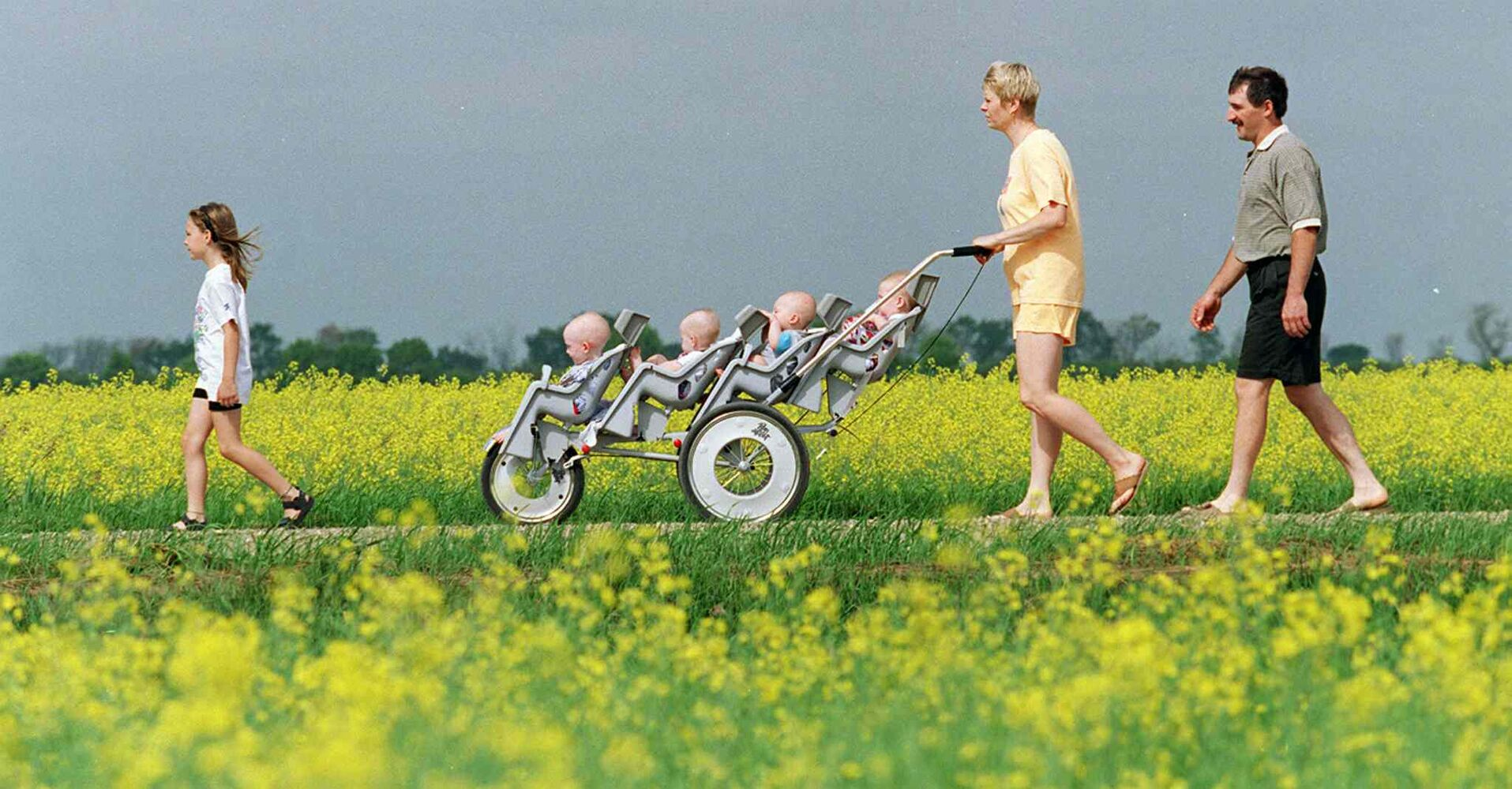 The Lavich family goes for a walk on the quadruplets' first birthday. (JEFF DE BOOY / WINNIPEG FREE PRESS FILES)