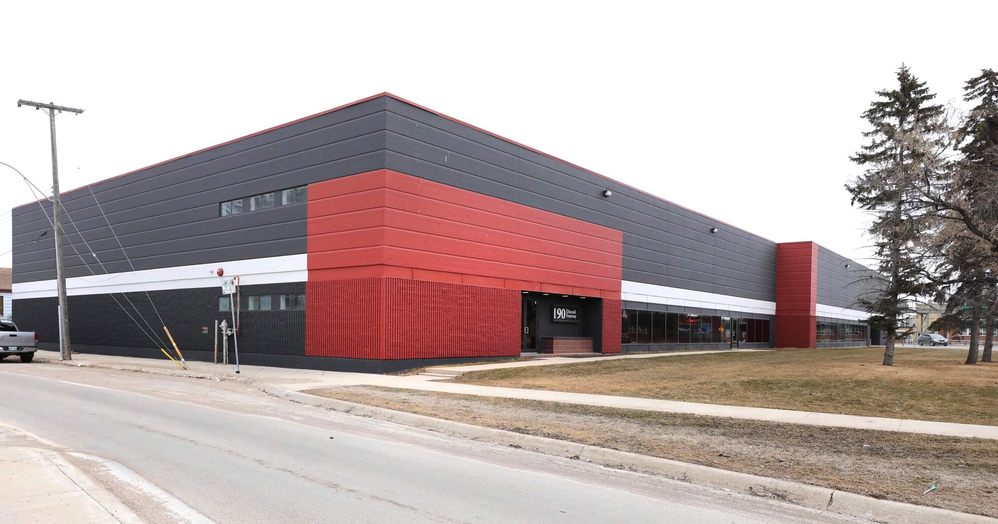 The Main Street Project is setting up a new 190-bed shelter in a 72,000 square-foot building that was recently donated to them. (Ruth Bonneville / Winnipeg Free Press)
