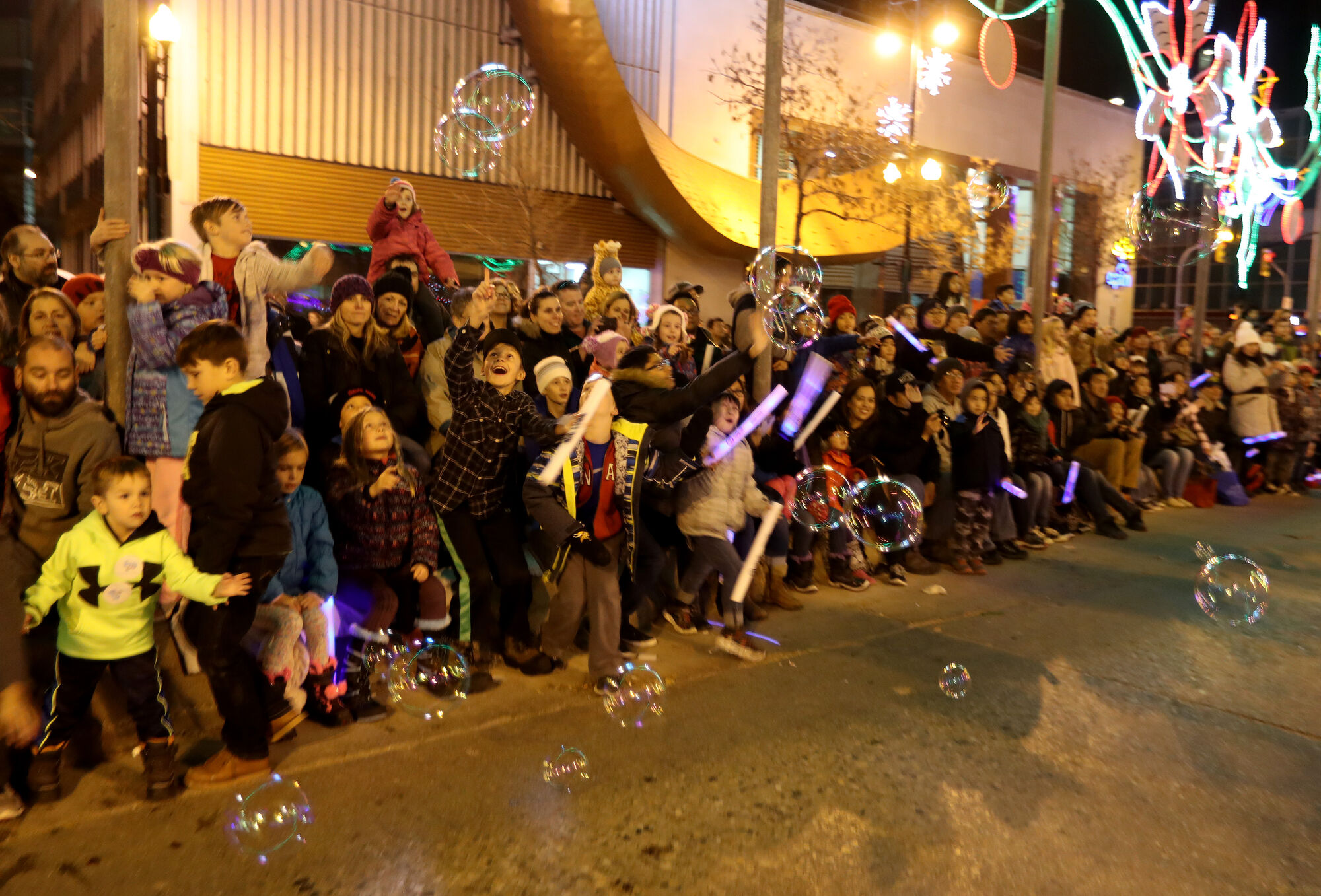 TREVOR HAGAN / WINNIPEG FRESS PRESS FILES Bubbles from the Kickin' Up Kountry float were popular during the Santa Claus Parade in 2016.