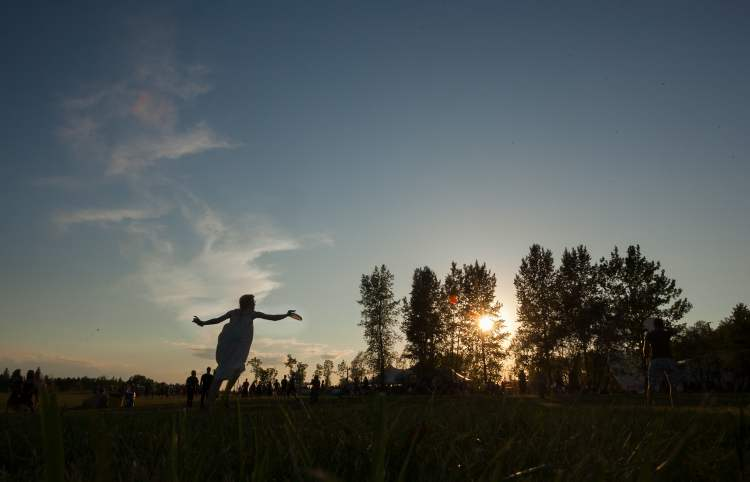 Elise Devoid snags a frisbee just before sunset Saturday. (Melissa Tait / Winnipeg Free Press)
