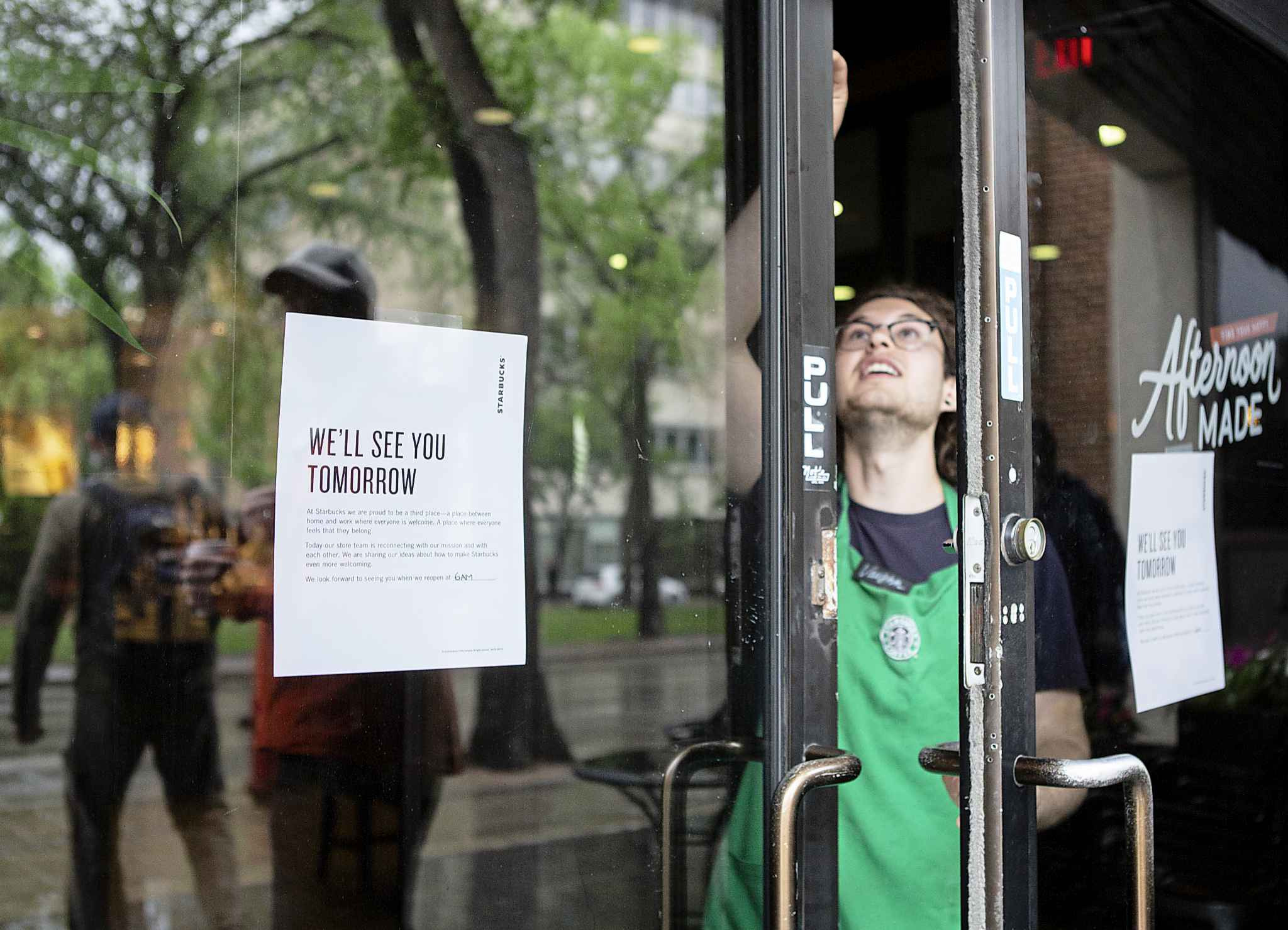 ANDREW RYAN / WINNIPEG FREE PRESS A Starbucks employee locks the door at 2:30 p.m. after the last customers left the location on Broadway. The early closure is part of a continent-wide shut down after a racially insensitive incident drew international attention and prompted racial sensitivity training on June 11, 2018.