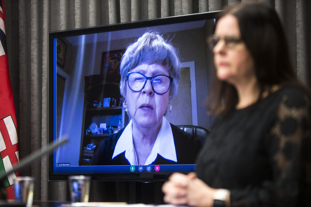 In a report released Thursday, Lynn Stevenson — seen on livestream with Manitoba Health Minister Heather Stefansonon (right) — described a health-care system mired in a state of confusion. (Mikaela MacKenzie / Winnipeg Free Press files)