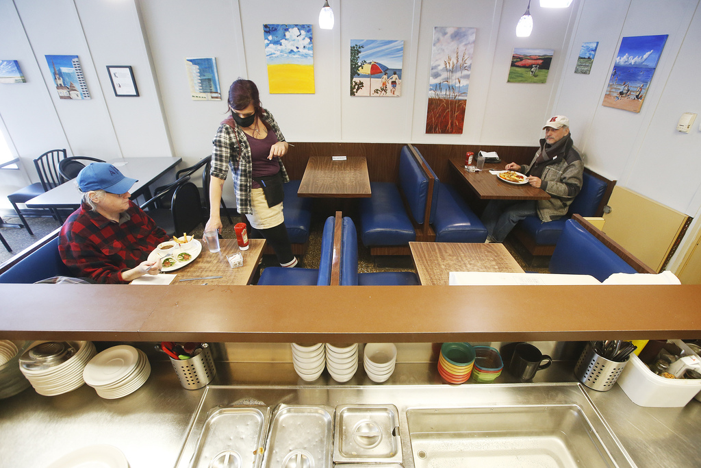 The province is proposing restaurants such as The Nook (above) could open up to 50 per cent of their capacity, but each table would still be limited to people from one household. (John Woods / Winnipeg Free Press files)