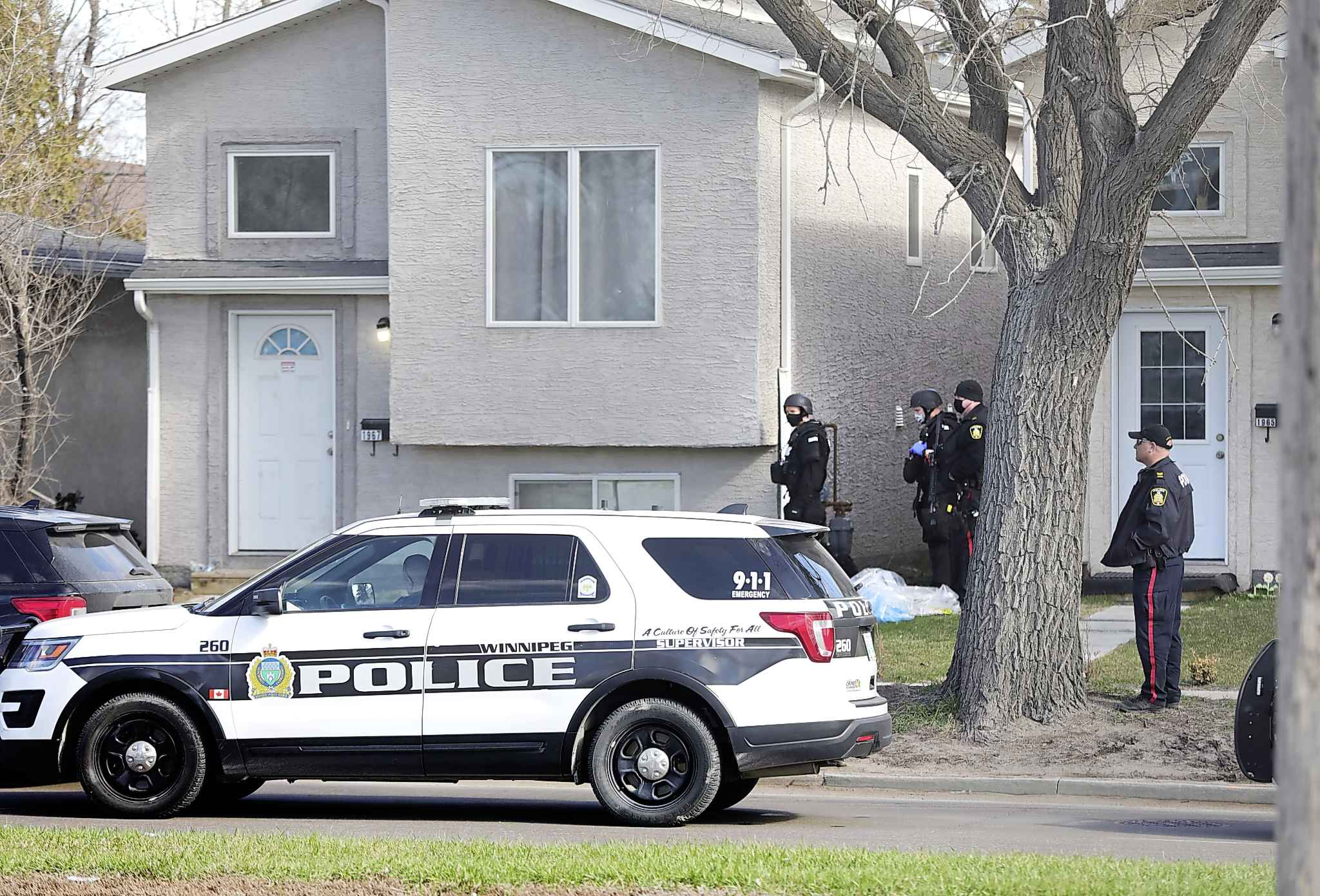 "Traffic lanes were closed between St. James and King Edward Tuesday as police responded to a ""weapons-related call"" at a residence near Notre Dame Ave., and in the area. Police Swat team were armed at the scene. (Ruth Bonneville / Winnipeg Free Press)"