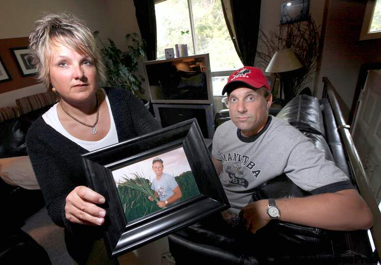 PHIL.HOSSACK@FREEPRESS.MB.CABrenda Meyer, with her brother, Steven Robertson, holds a portrait of their dad, Dixon Robertson.