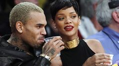 Entertainers Chris Brown, left, and Rihanna attend an NBA basketball game in Los Angeles, on Dec. 25, 2012. (AP, Alex Gallardo)