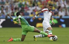 Nigeria's Ahmed Musa, left, challenges Iran's Ashkan Dejagah during the group F World Cup soccer match between Iran and Nigeria at the Arena da Baixada in Curitiba, Brazil, Monday, June 16, 2014. (AP Photo/Fernando Vergara)