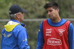 Ecuador's player Christian Noboa, right, talks with his coach Reinaldo Rueda during a training session in Quito, Ecuador, Tuesday, May 27, 2014. Ecuador will play two friendly games against Mexico and England in United States prior its participation in the World Cup in Brazil. (AP Photo/Dolores Ochoa)