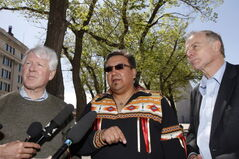 From left: federal Liberal leader Bob Rae, Manitoba Keewatinowi Okimakanak Grand Chief David Harper and Manitoba Liberal leader Jon Gerrard.
