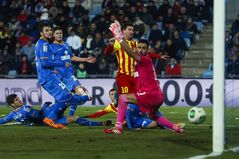 Barcelona's Lionel Messi, second right, scores his goal in between players during a Spanish Copa del Rey match between FC Barcelona and Getafe at the Coliseum Alfonso Perez stadium in Madrid, Spain, Thursday, Jan. 16, 2014. (AP Photo/Andres Kudacki)
