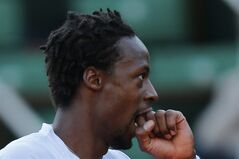 France's Gael Monfils bites his hand during the quarterfinal match of the French Open tennis tournament against Britain's Andy Murray at the Roland Garros stadium, in Paris, France, Wednesday, June 4, 2014. (AP Photo/David Vincent)