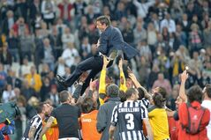 Juventus players lift their coach Antonio Conte as they celebrate at the end of a Serie A soccer match againsts Atalanta, at the Juventus stadium, in Turin, Italy, Monday, May 6, 2014. Juventus clinched its third straight and 30th overall Serie A title. (AP Photo/Massimo Pinca)