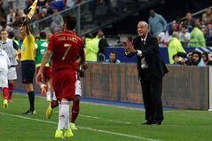 Spain's national soccer team coach Vicente del Bosque gestures toward player Raul Garcia during their international friendly soccer match against France at the Stade de France in Saint Denis, outside Paris, Thursday, Sept. 4, 2014. (AP Photo/Thibault Camus)