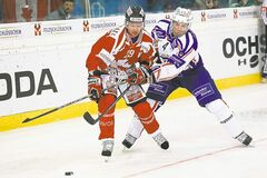 Canada's Jason Williams (left) battles for the puck with Mannheim's Dennis Seidenberg.