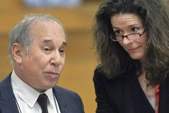Singer Paul Simon, left, and his wife Edie Brickell appear at a hearing in Norwalk Superior Court on Monday April 28, 2014 in Norwalk, Conn. THE CANADIAN PRESS/AP, The Hour, Alex von Kleydorff