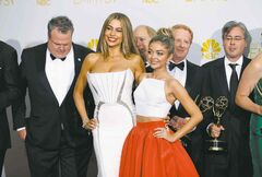 SofIa Vergara (L) and Sarah Hyland pose with the cast and crew of ABC�s �Modern Family� with their award for Outstanding Comedy Series at the 66th Primetime Emmy Awards in Los Angeles, California August 25, 2014.  REUTERS/Mike Blake (UNITED STATES -Tags: ENTERTAINMENT)(EMMYS-BACKSTAGE) - RTR43QT4