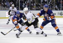 Pittsburgh Penguins' Sidney Crosby (centre)