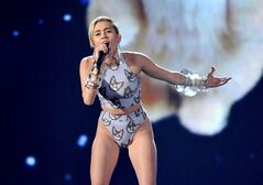 Miley Cyrus performs at the American Music Awards on Sunday, Nov. 24, 2013, in Los Angeles. THE CANADIAN PRESS/AP, John Shearer/Invision