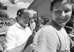 Former NHLer Doug Gilmour autographs the back of Jake Onsowich�s shirt before teeing off.