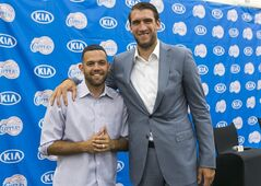 Free agent guard Jordan Farmar, left, and center Spencer Hawes are introduced as the new Los Angeles Clippers players during a news conference in Los Angeles Thursday, July 10, 2014. (AP Photo/Damian Dovarganes)