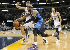 Dallas Mavericks guard Vince Carter (25) drives by Memphis Grizzlies center Marc Gasol (33), of Spain, and forward Tayshaun Prince (21) in the first half of an NBA basketball game, Wednesday, Feb. 5, 2014, in Memphis, Tenn. (AP Photo/Lance Murphey)