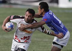 Canada's Phil Mack slips away from Samoa's Tulolo Tulolo Sunday, Jan. 26, 2014, in Las Vegas. THE CANADIAN PRESS/AP, Julie Jacobson