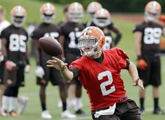 Cleveland Browns quarterback Johnny Manziel (2) pitches the ball during a mandatory minicamp practice at the NFL football team's facility in Berea, Ohio Wednesday, June 11, 2014. (AP Photo/Mark Duncan)