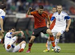 Israel's Beram Kaya, left, battles for the ball with Mexico's Oribe Peralta, center, and Israel's Sheran Yeini during a friendly soccer match in Mexico City, Wednesday, May 28, 2014. (AP Photo/Eduardo Verdugo)