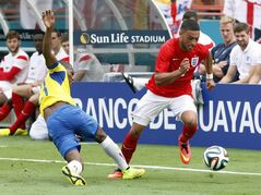 England's Alex Chamberlain- Oxlade, right, steals the ball from Ecuador's Carlos Gruezo in the second half of a friendly soccer match in Miami Gardens, Fla., Wednesday, June 4, 2014. The game ended a 2-2 tie. (AP Photo/El Nuevo Herald, Hector Gabino) MAGS OUT