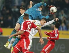 Bayern goalkeeper Manuel Neuer catches the ball during the German first division Bundesliga soccer match between VfL Borussia Moenchengladbach and Bayern Munich in Moenchengladbach, Germany, Friday, Jan. 24, 2014. (AP Photo/Frank Augstein)
