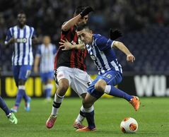 Eintracht Frankfurt's Carlos Zambrano, left, challenges FC Porto's Hector Herrera, right, during their Europa League round of 32, first leg soccer match at the Dragao stadium, in Porto, Portugal, Thursday Feb. 20, 2014. The match ended in a 2-2 draw.(AP Photo/Paulo Duarte)