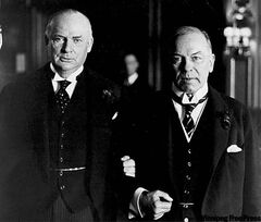 R.B. Bennett (left) and W.L. Mackenzie King link arms in this 1933 photo.
