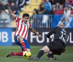 Atletico de Madrid's Diego Costa from Brazil, left, challenges for the ball with Malaga's goalkeeper Willy Caballero, right, during a Spanish La Liga soccer match between Malaga and Atletico de Madrid at the La Rosaleda stadium in Malaga, Spain, Saturday, Jan. 4, 2014. (AP Photo/Daniel Tejedor)