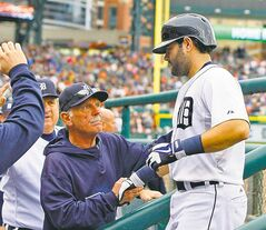 Tigers manager Jim Leyland congratulates Alex Avila on his eighth inning home run.