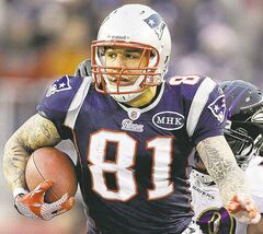 Patriots tight end Aaron Hernandez is not commenting on homicide investigation.