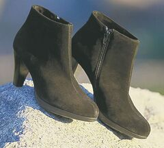 La Canadienne Megan boots in black suede.